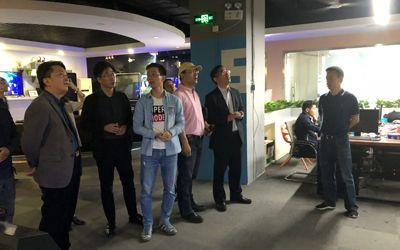 炫之风文化创意有限公司多媒体技术总监对全息纱幕投影系统进行演示讲解