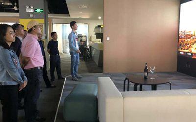 深圳市文体旅游局领导一行观看炫之风数字大屏售楼系统